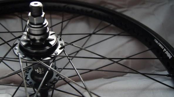 Roda montada traseira Fly bikes Trebol CASSETE: Trebol Sealed 6061-T6 36furos cog 9dentes RHD (tração direita) 14mm / ARO TRASEIRO: Trebol Double Wall 6061-T6 raios inox preto, 36 raios, preço R$ 350+frete